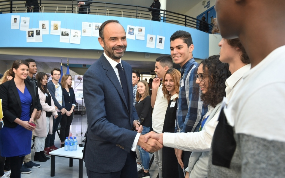 Le Premier ministre et les lycéens du lycée René Descartes