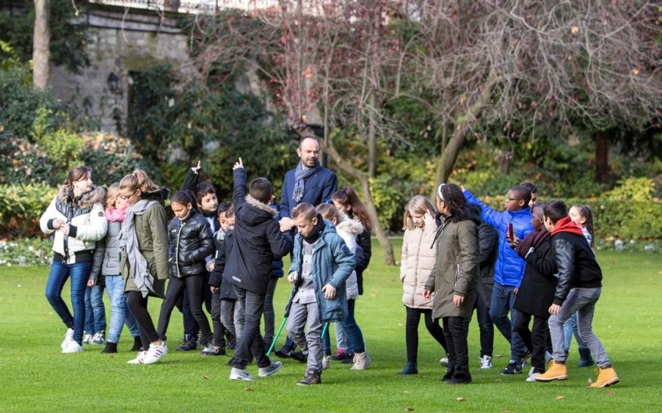 Édouard Philippe et la  classe de CM2 de l'école Théophile Gautier se rendent dans le jardin de Matignon