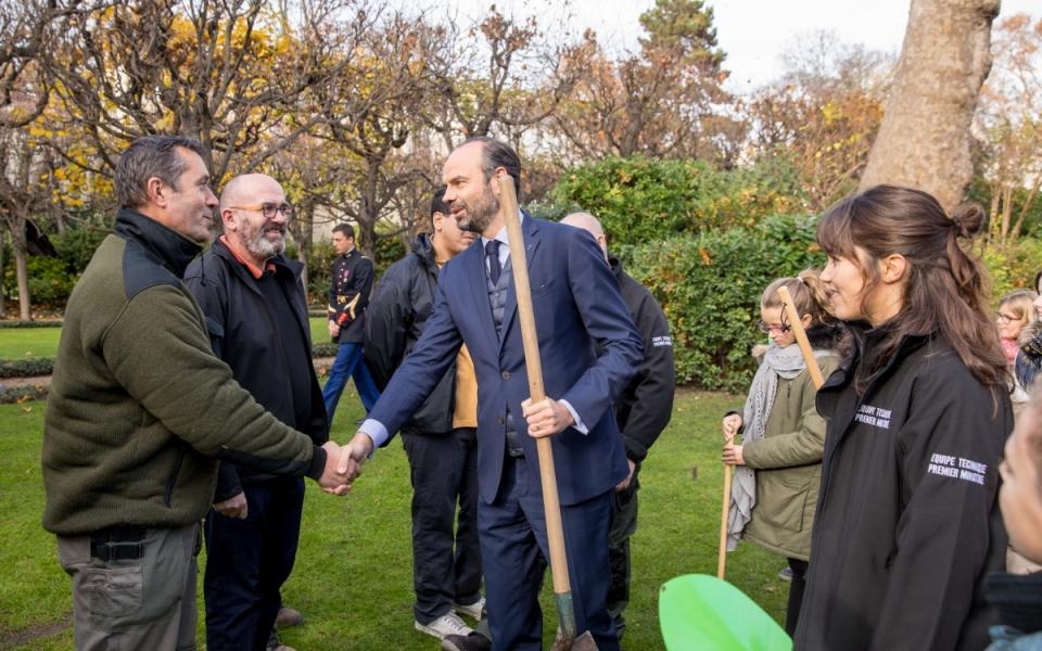 Édouard Philippe salue les personnels d'entretien du jardin de Matignon