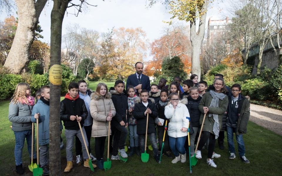 Photo de groupe d'Édouard Philippe et des enfants de CM2
