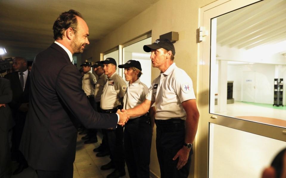 05/11 - A son arrivée à l'aéroport de Grand Case, le Premier ministre a rencontré les agents de la police aux frontières (PAF)