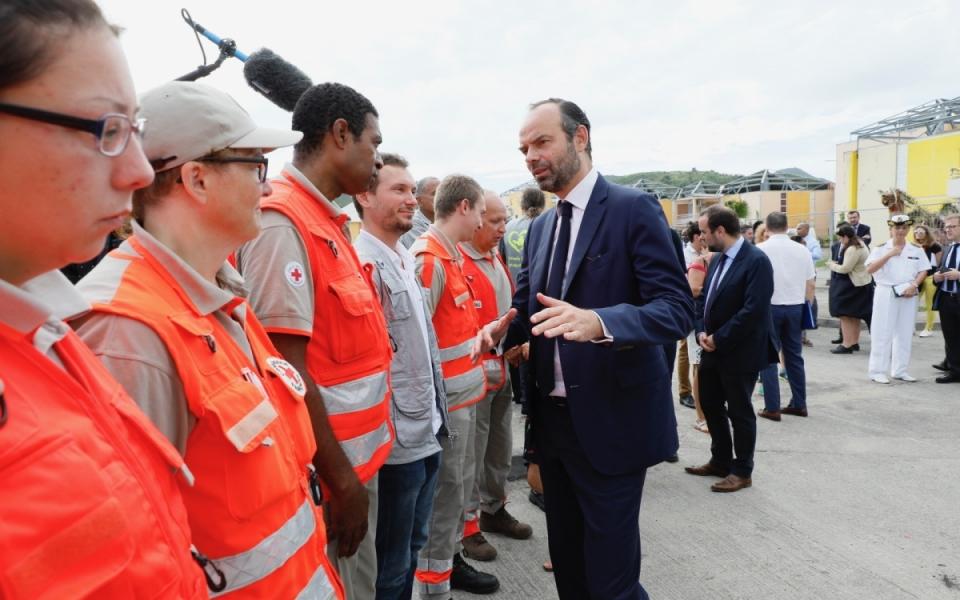 06/11 - Le Premier ministre et les personnels de la Croix Rouge