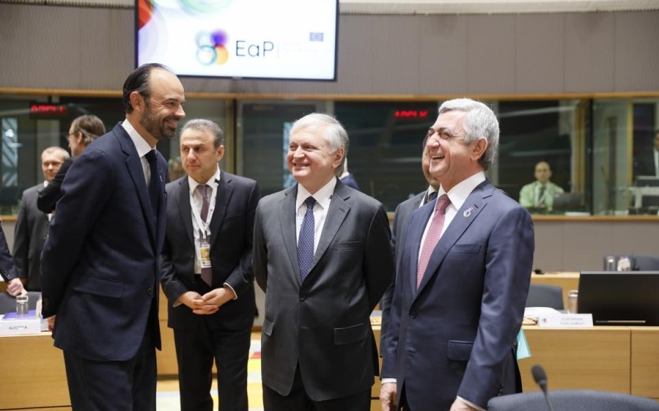 Le Premier ministre salue des participants à son arrivée à la session plénière