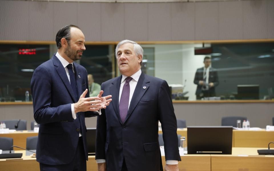 Echanges entre Edouard Philippe et le président du Parlement européen, Antonio Tajani avant la session plénière
