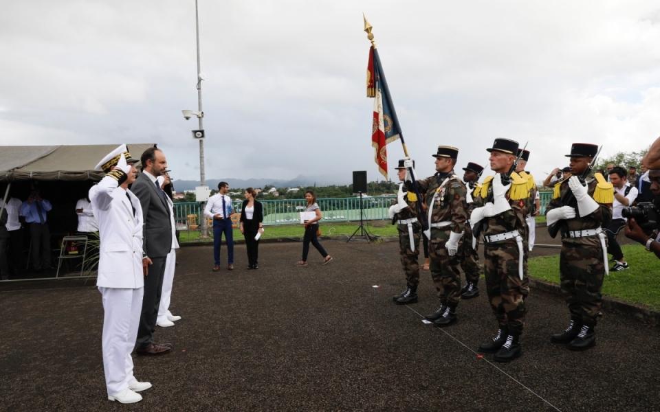 Avant son discours, le Premier ministre passe en revue les troupes de l'ensemble des services engagés à Saint-Martin et à la Dominique