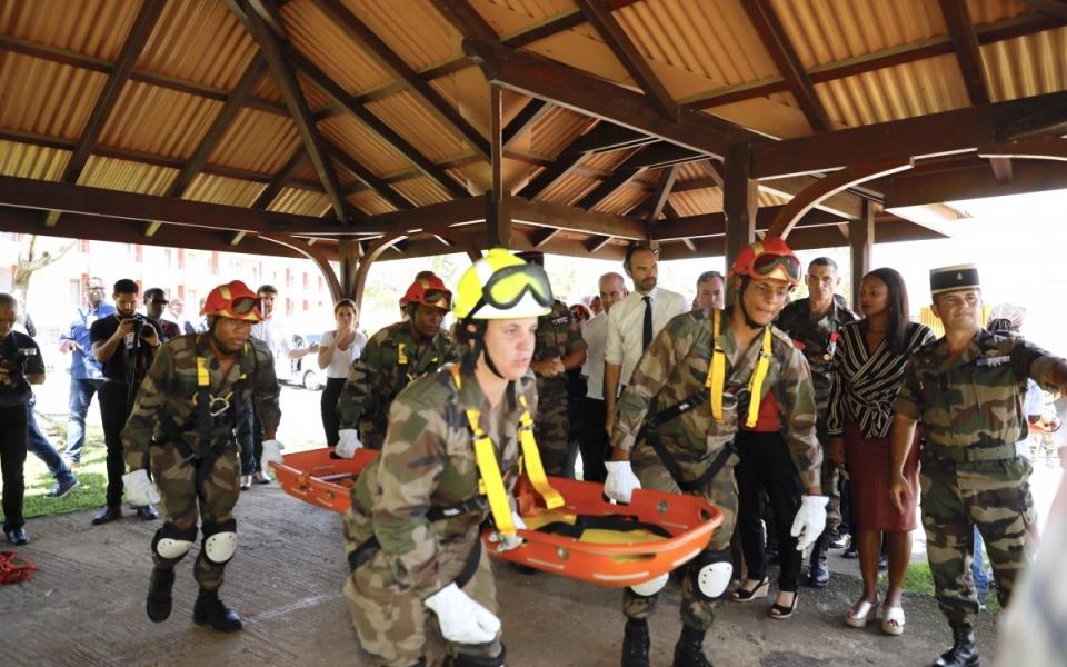 Démonstration des futurs agents de prévention et de sécurité (APS) formés pour assurer la sécurité des biens et des personnes