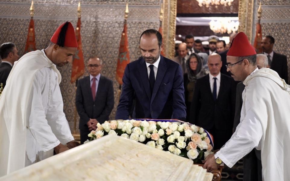 Dépôt de la gerbe sur la tombe de Mohammed V