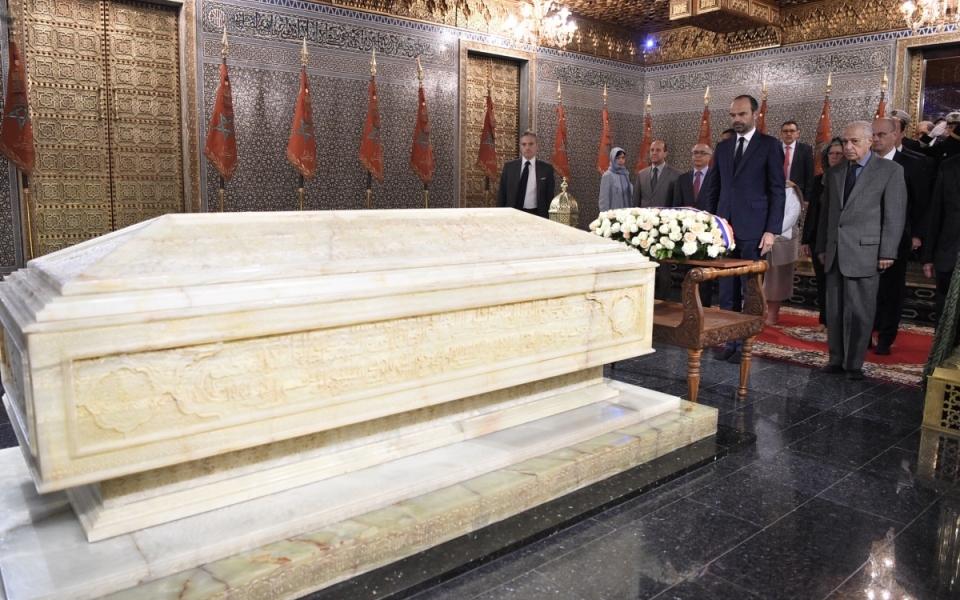 Recueillement devant la tombe royale