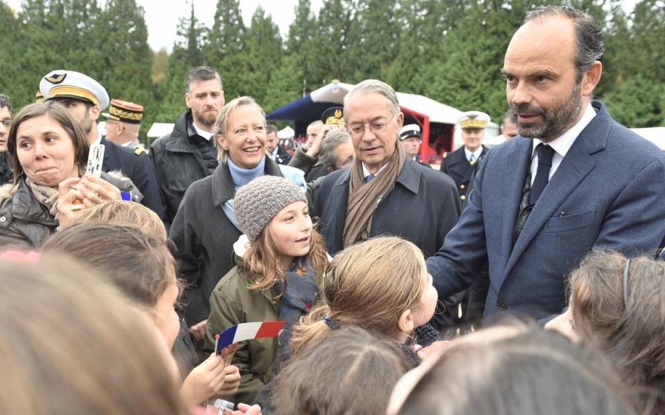 Le Premier ministre salue la foule