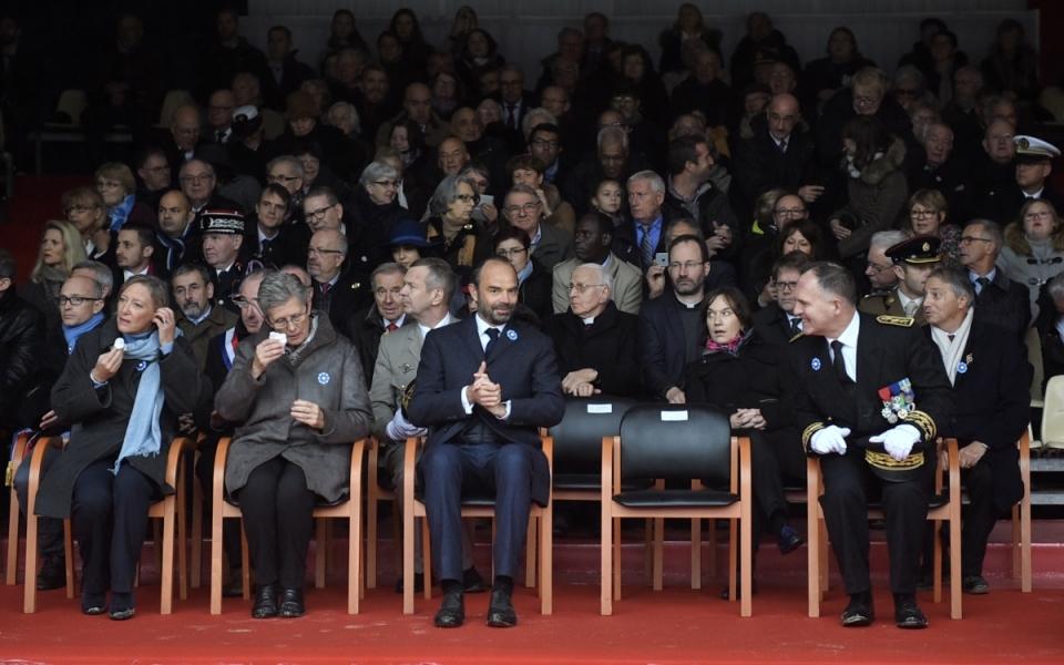 Le Premier ministre aux côtés de l'état major et de Geneviève Darrieussecq Secrétaire d'État auprès de la ministre des Armées et Sophie Cluzel Secrétaire d'État chargée des Personnes handicapées