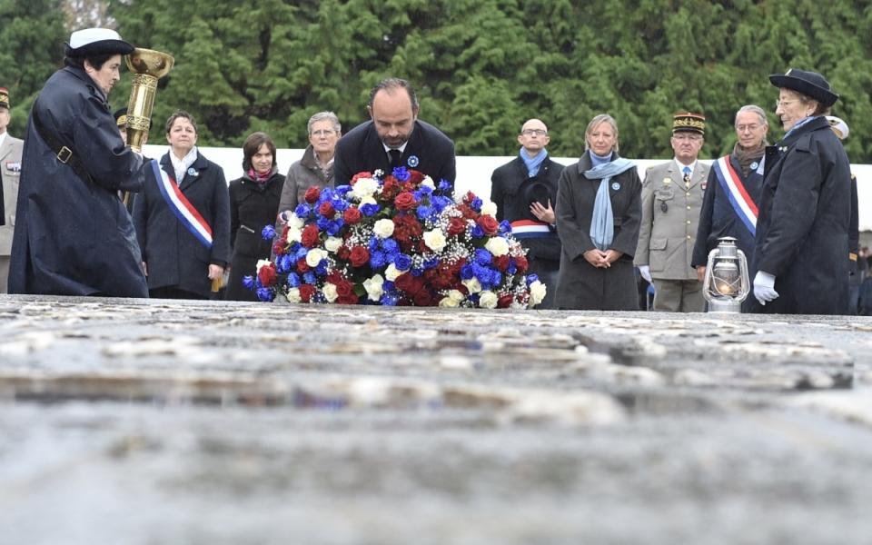 Dépôt d'une gerbe de fleurs à la mémoire des soldats de la Première Guerre mondiale