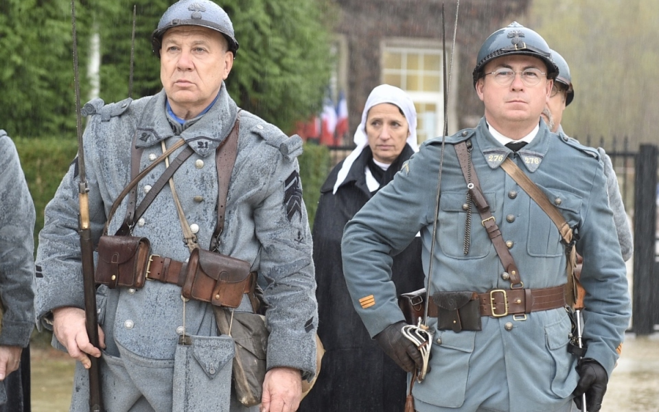 Militaires portant les uniformes des soldats de la Première Guerre mondiale