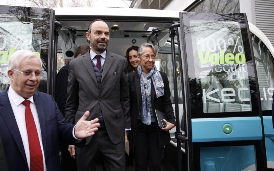 Le Premier ministre et Élisabeth Borne à la sortie de la navette autonome Navya