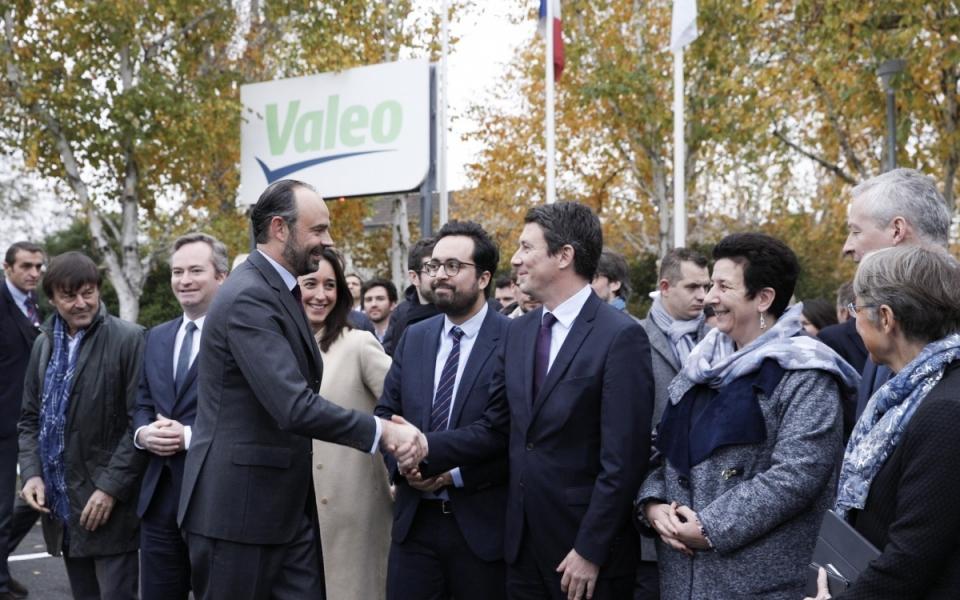 Le Premier ministre salue les membres du Gouvernement qui l'accompagne