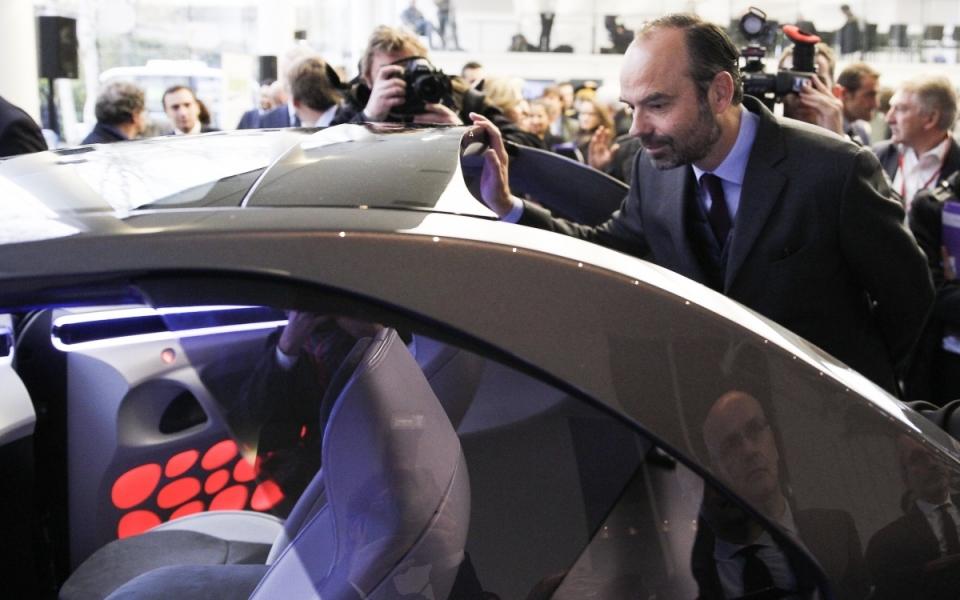 Le Premier ministre essaye un véhicule
