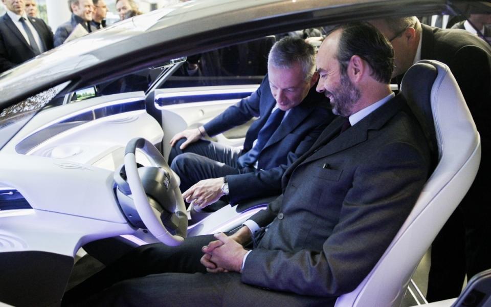 Le Premier ministre essaye un véhicule aux côtés de Bruno Le Maire