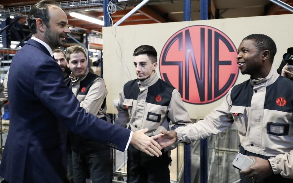 Le Premier ministre, Édouard Philippe, salue des employés de l'entreprise SNIE