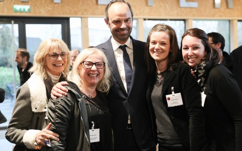Le Premier ministre Édouard Philippe, pose avec des employées de l'entreprise SNIE