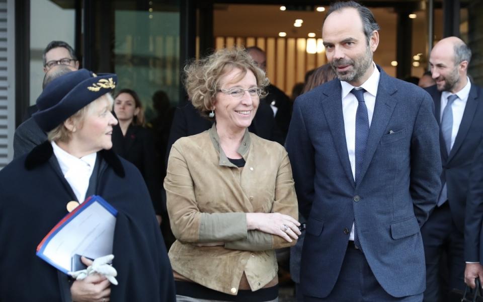 Le Premier ministre, Édouard Philippe et la ministre du Travail, Muriel Pénicaud quittent l'usine SNIE