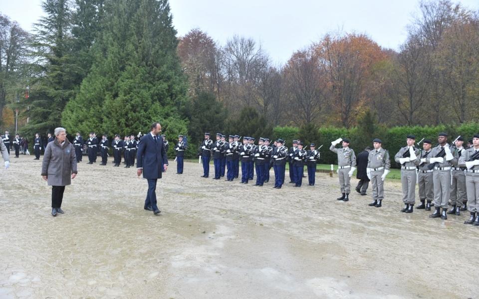 Revue des troupes par le Premier ministre avec Geneviève Darrieussecq, secrétaire d'État auprès de la ministre des Armées