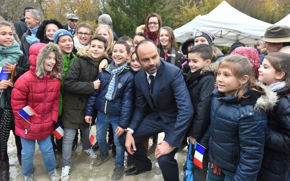 Le Premier ministre aux côtés des enfants participant au devoir de mémoire
