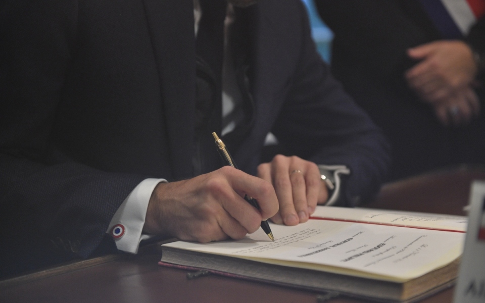 Signature du livre d'or de la clairière de Rethondes