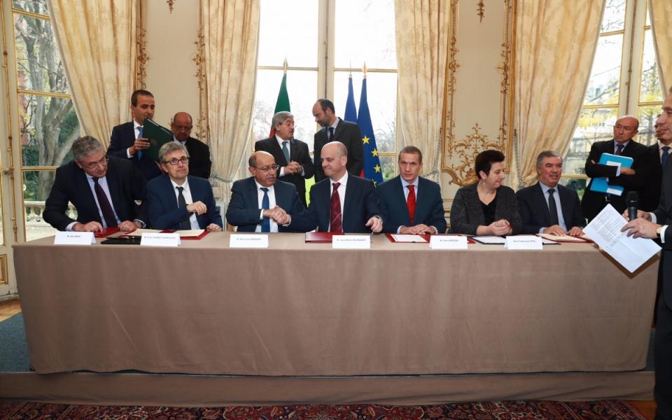 Cérémonie de signatures d'accords.