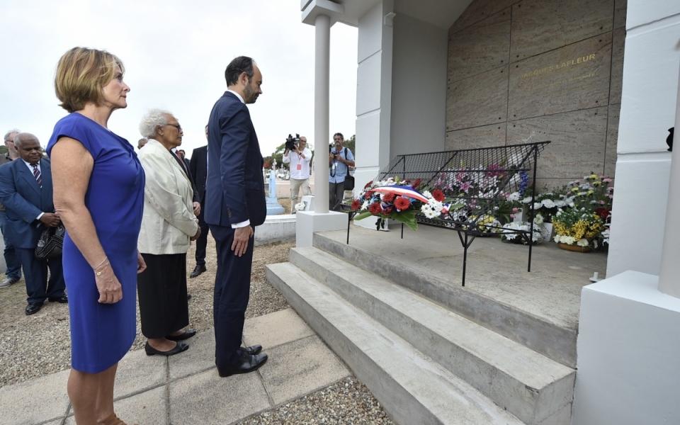 02/12/17 - Dépôt de gerbe sur la tombe de Jacques Lafleur, leader des non-indépendantistes.