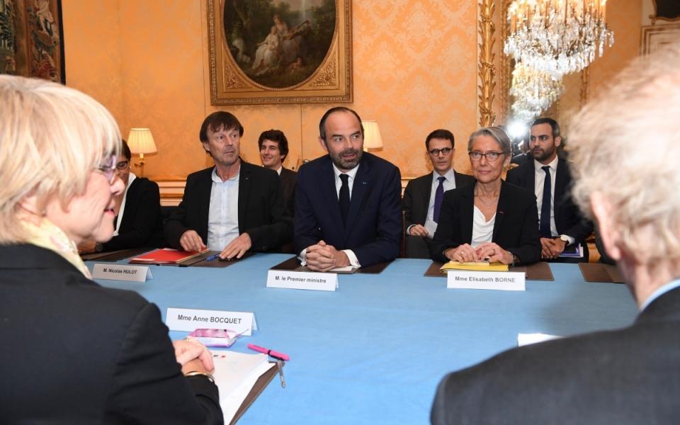 Le Premier ministre, Édouard Phillipe, avec  Nicolas Hulot, ministre d'Etat, ministre de la Transition écologique et solidaire et Elisabeth Borne, ministre auprès du ministre d'État, ministre de la Transition écologique, chargée des Transports, reçoivent les membres de la mission.