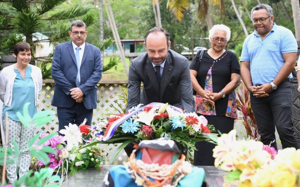 04/12/17 - Tiendanite - dépôt de gerbe sur la tombe de Jean-Marie Tjiabou, reponsable des indépendantistes, assassiné en 1989 à Ouvéa.
