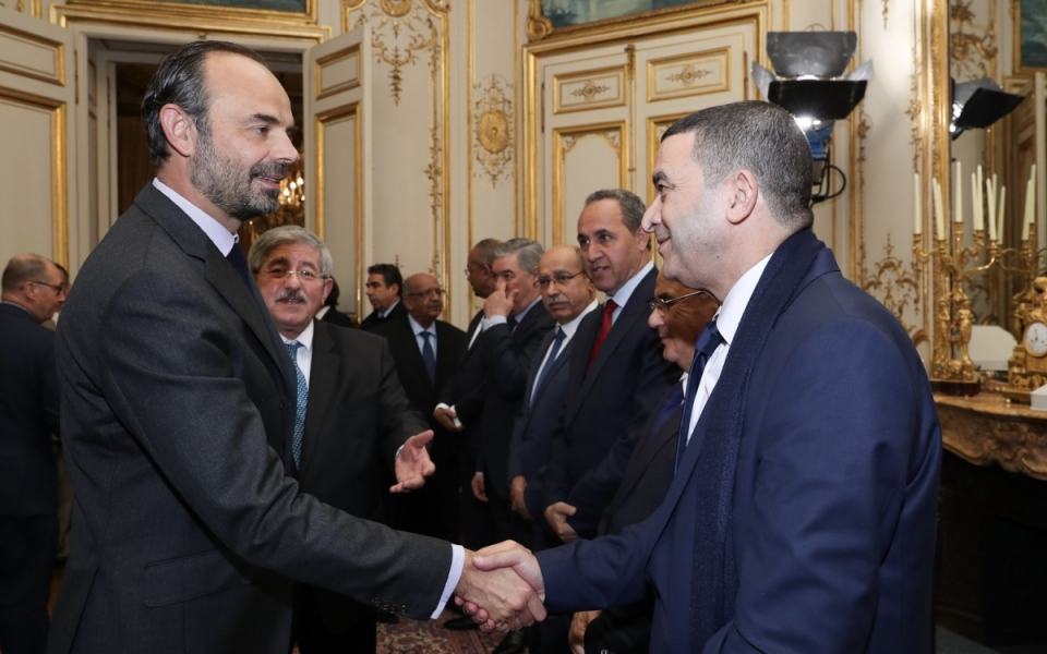 Le Premier ministre salue la délégation algérienne.
