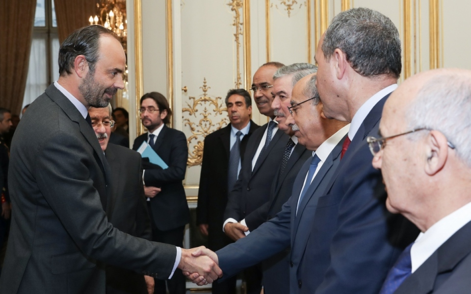 The Prime Minister and his counterpart, Ahmed Ouyahia, greet the Algerian delegation.