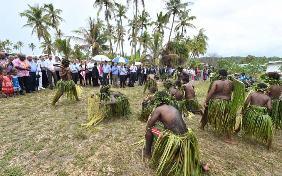 03/12/17 - Lifou Tribu Drueulu - Geste coutumier à la case de la grande chefferie du Gaïca.