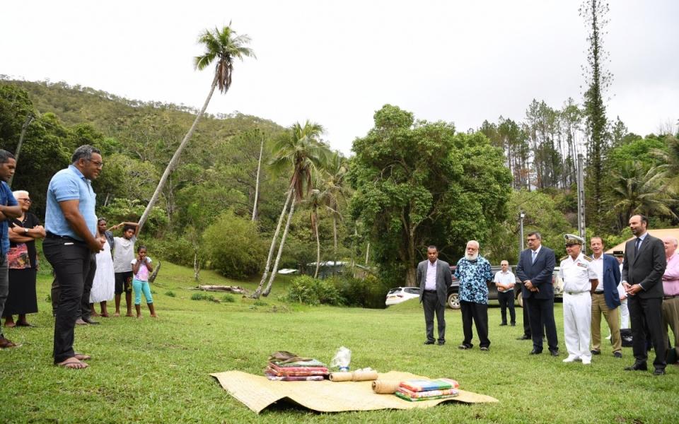04/12/17 - Tiendanite - geste coutumier pour l'arrivée du Premier ministre.