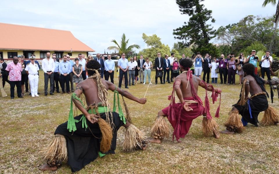03/12/17 - Lifou Tribu de Wetr - Accueil par des danses traditionnelles, interprétées par des hommes aux torses peints,