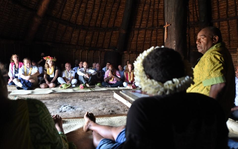 03/12/17 - Lifou Tribu de Wetr - Le Premier ministre et Nicole Belloubet accueillis dans la Case du Wetr.