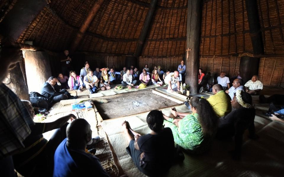 03/12/17 - Lifou Tribu de Wetr - Echanges dans la case en paille de la chefferie, avec les dignitaires kanak de la région.
