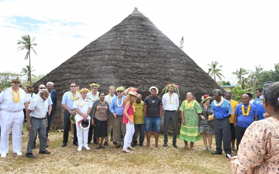 03/12/17 - Lifou Tribu de Wetr - Le Gouvernement et l'ensemble des dignitaires kanak devant la Case du Wetr.