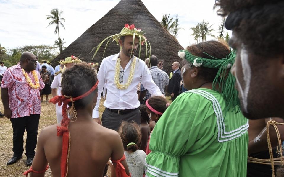 03/12/17 - Lifou Tribu de Wetr -  Le Premier ministre porte un chapeau traditionnel en feuilles de cocotiers tressées, piqué de fleurs de bougainvilliers et un collier de fleurs de frangipaniers.