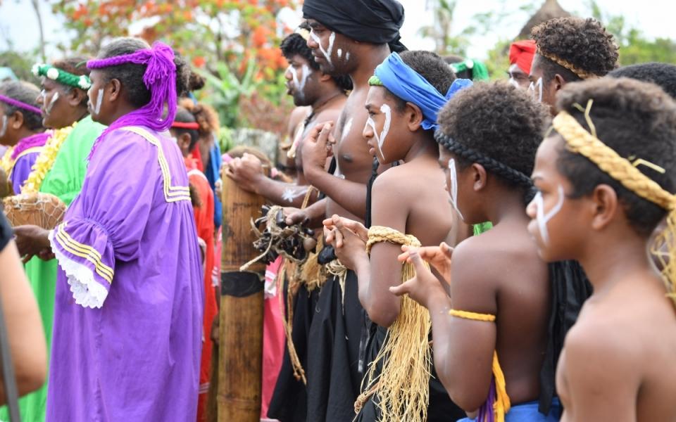 """03/12/17 - Lifou Tribu de Wetr -  Les membres de la tribu et des femmes en """"robes mission"""" colorées."""