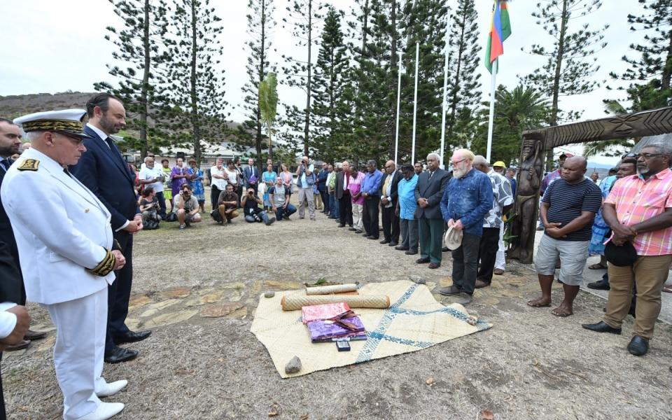 02/12/17 - Moment solennel d'accueil du Premier ministre sur les terre de Nouvelle-Calédonie par les autorités du Sénat coutumier.