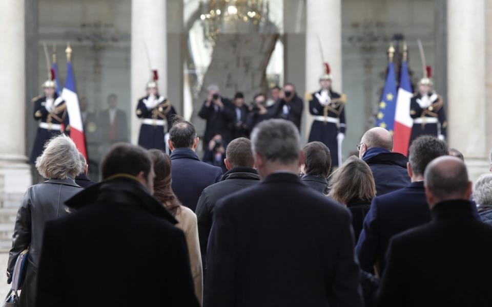 Le Premier ministre et les membres du Gouvernement dans la cour du Palais de l'Élysée