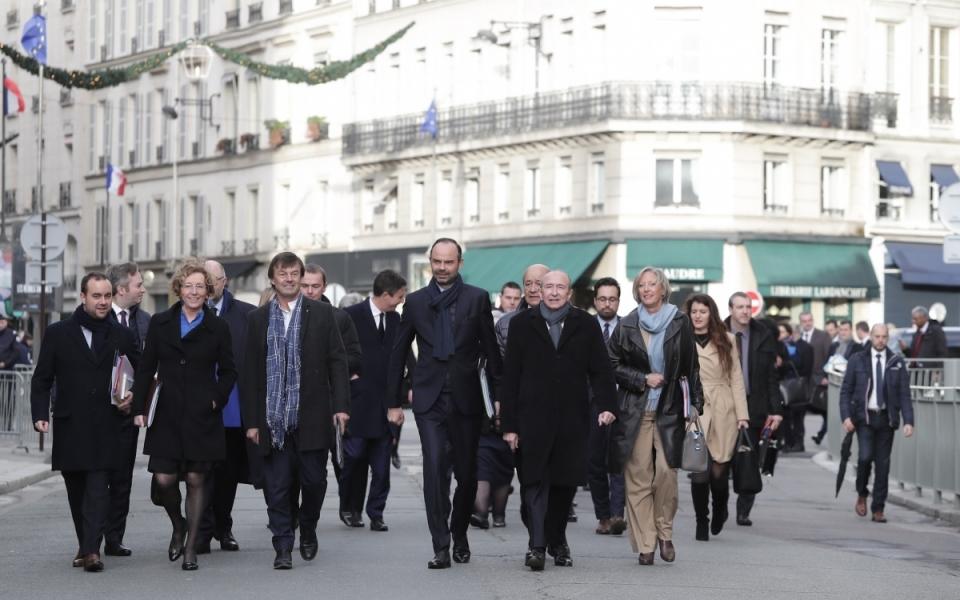 Le Premier ministre et les membres du Gouvernement se dirigent vers le Palais de l'Élysée
