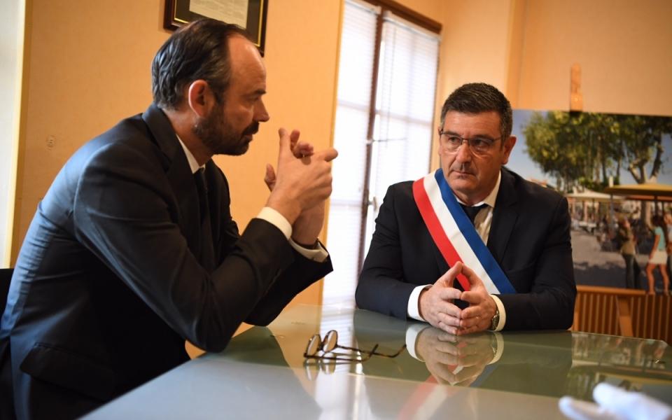 Accueil républicain du Premier ministre par le maire de Trèbes, Eric Menassi.