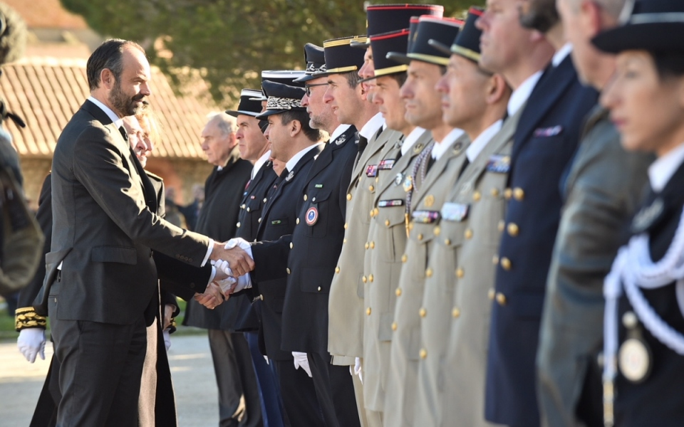 Sur la place centrale de Trèbes, revue des troupes par le Premier ministre