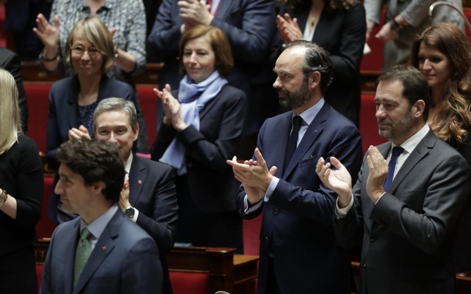 Justin Trudeau applaudi après son discours à l'Assemblée nationale