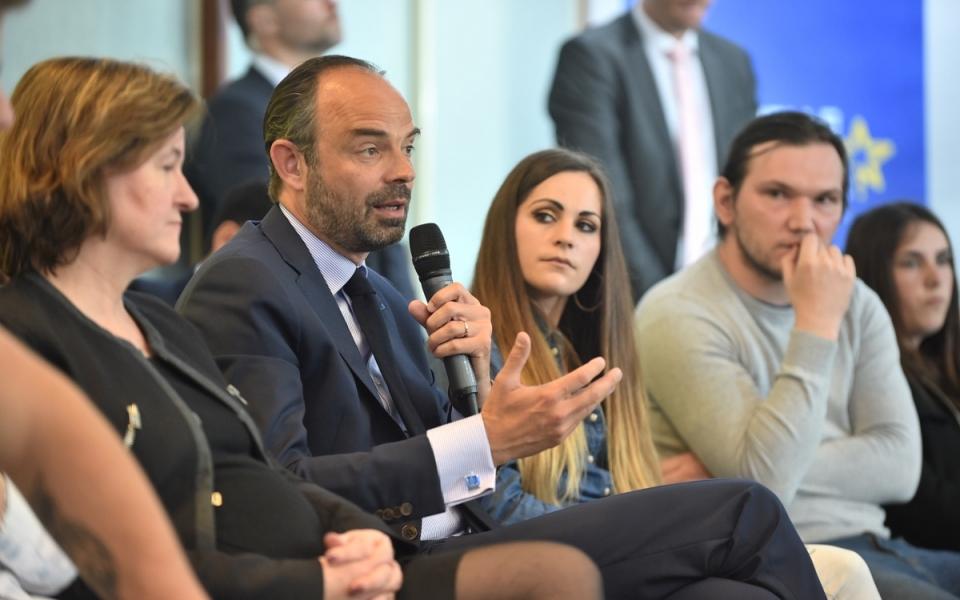 Edouard Philippe et Nathalie Loiseau aux côtés de jeunes apprentis