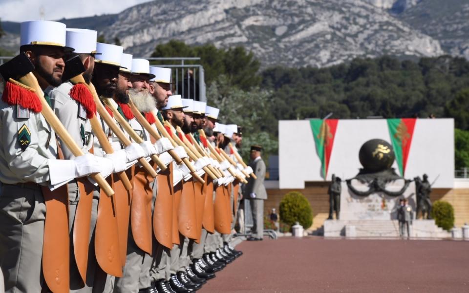 Les troupes de la Légion étrangère devant le monuments aux morts.