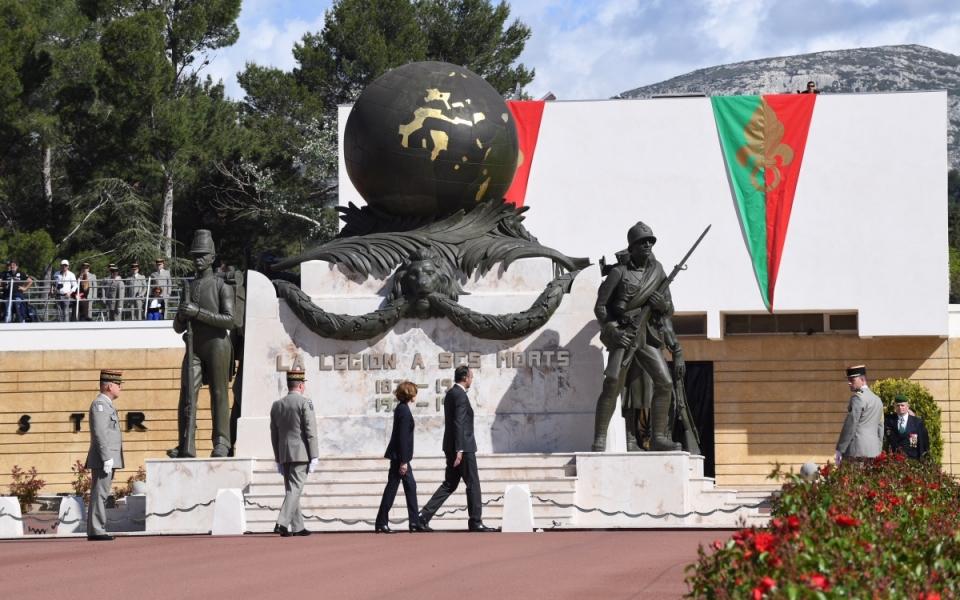 Édouard Philippe et Laurence Parly devant le monument dédié aux légionnaires tombés au combat.