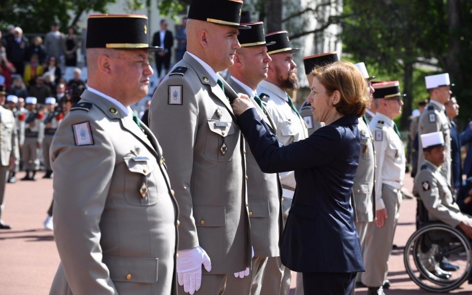 Florence Parly décore un officier de la Légion étrangère.